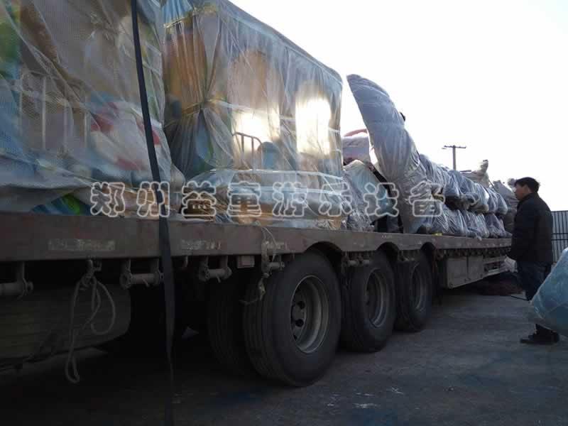 安徽芜湖商场选购的游乐设备装车中