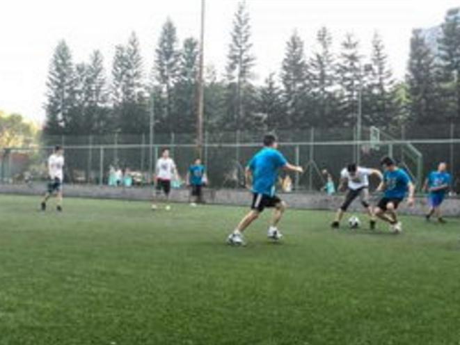 公司车间员工集体参加足球训练